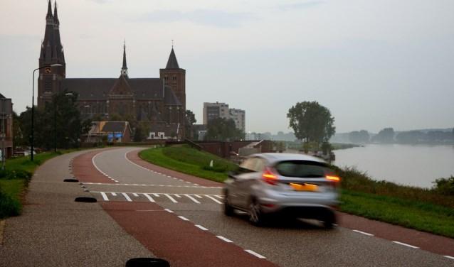 Op de Maasboulevard in Cuijk wordt volgens omwonenden vaak veel te hard gereden. Hun woongenot leidt er stevig onder. (foto: Tom Oosthout)