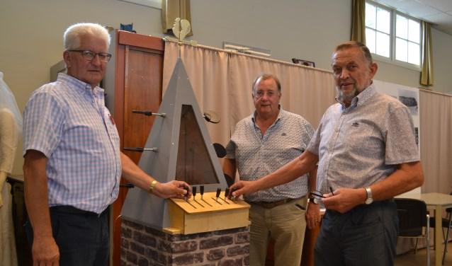 Roelof Roomer (Historische Vereniging), kerkrentmeester Simon Hoek en Ton Blinde (Historische Vereniging) bij het model van de Optische Telegraaf van Lipkens.