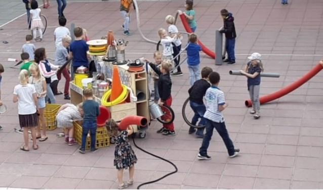 De Toverballenkar wakkert de experimenteerlust aan van de kinderen. Het is bedacht door Marga van Gijn.