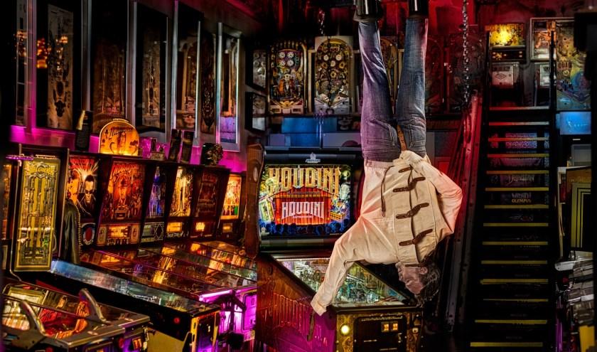 Winfried in actie tijdens de lancering van De Houdini, een nieuwe flipperkast in het Dutch Pinball Museum. Foto: Ben Kleyn.