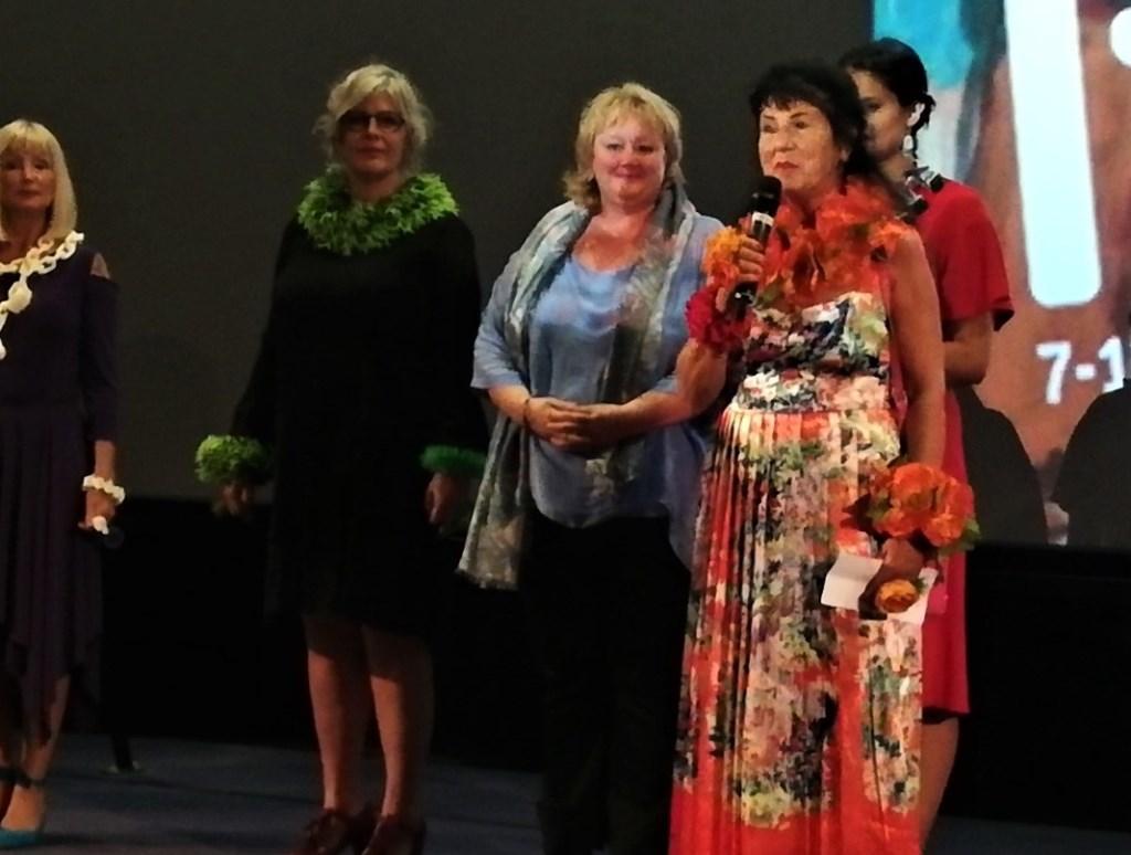 Ineke Otte (rechts) beleefde de première van haar film 'Ladybug, this is Ineke', gemaakt door Bo van Scheijen (in het blauw). Een veelzijdigheid aan kunstwerken met de nadruk op haar sieraden. Foto: Conny den Heijer Foto: Conny den Heijer © Persgroep