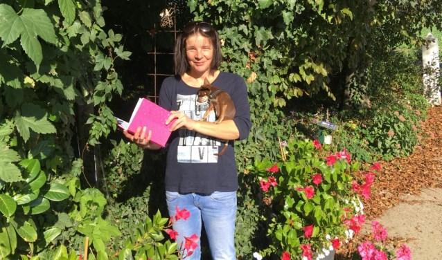 Moeder Jacqueline Slootmaker leest met Jimmie het gastenboek bij Theetuin De Stokroos.        FOTO: Gerrit van Loon.