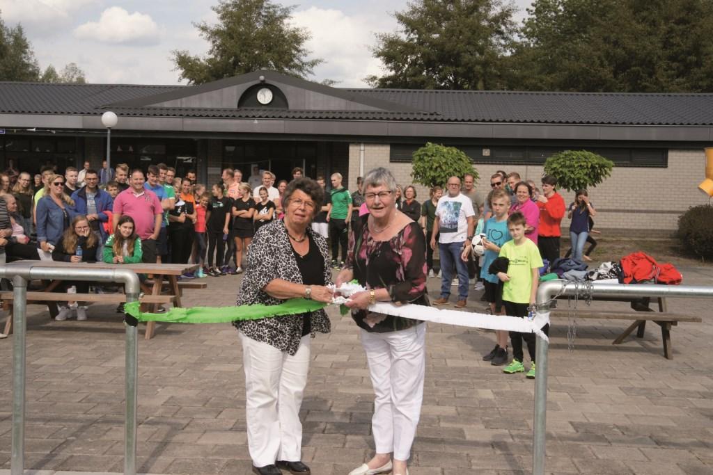 De trouwe vrijwilligers Marion Jonker (links) en Leni van der Meij verrichten de officiële opening van de twee nieuwe kunstgrasvelden van korfbalvereniging Duko in Duiven.