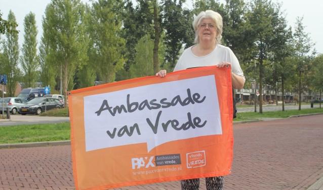 Annemarie Groothedde nodigt iedereen uit om zaterdag 15 september voor de vrede te wandelen. Foto: Arjen Dieperink.