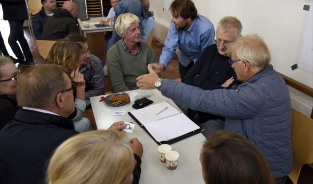 Bewoners uitten hun zorgen over de afvoer van sloopmateriaal aan Noud van Rijswijk van Sloopbedrijf Oosterhout. (2e van rechts) Foto: Marianka Peters