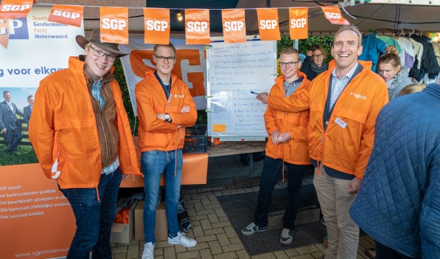 De fractie van de SGP Molenwaard op de Molenmarkt in Kinderdijk. (Foto: Peter Stam)