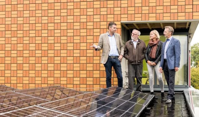 Voorzitter de Hoeve Mathieu Raemaekers, Tineke Jansen van Filios Scholengroep en wethouder Van der Schoot worden rondgeleid.