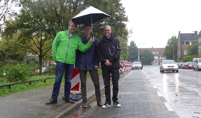 Koen Berfelo, Jan Wabeke en Dick van Aken hopen dat hun straat in de toekomst heftige regenbuien beter kan opvangen. (foto: Marnix ten Brinke)
