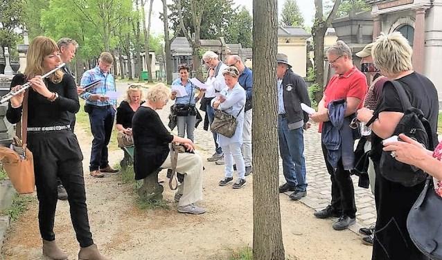Tijdens het Inspiratieweekend in Parijs speelt Elleke Schoenmakers regelmatig iets toepasselijks bij de graven van beroemdheden.