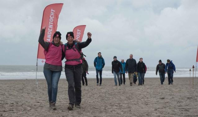 Alleen of in teamverband kan de 11strandentocht wandelend of hardlopend afgelegd worden. (foto: Serge Meeuws)
