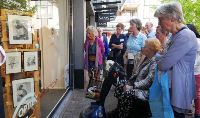 Foto van Marielle Freeman. Rondje Kunst werd geopend met een wandeling met uitleg waar een grote groep belangstellenden aan meedeed.