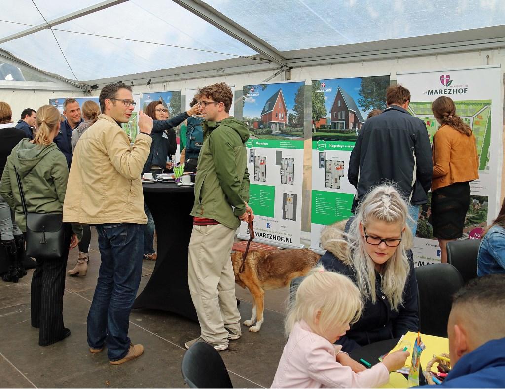 Naast de onderlinge kennismaking kwam de discussie over groenbehoud en individuele keuzevrijheid in wonen op gang. Foto: Hanny van Eerden © Persgroep