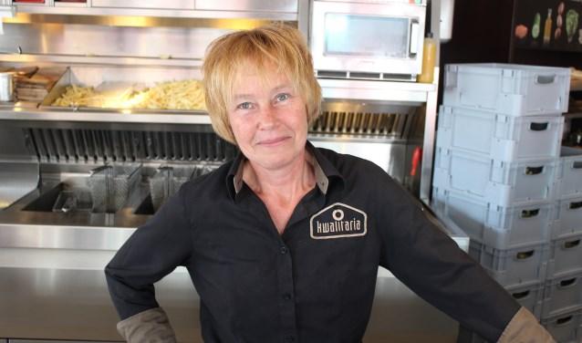 Elly Budding- van Setten werkt al vier decennia bij Kwalitaria Colijn in Rhenen. Een vakkracht die op waarde geschat wordt. Foto: Henk Jansen)