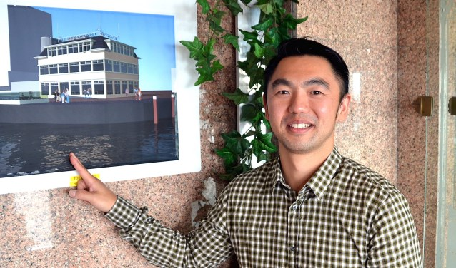 Jun Chou met een tekening van het exterieur van het nieuw te bouwen restaurant aan de Maasboulevard. (Foto: Frans Assenberg)