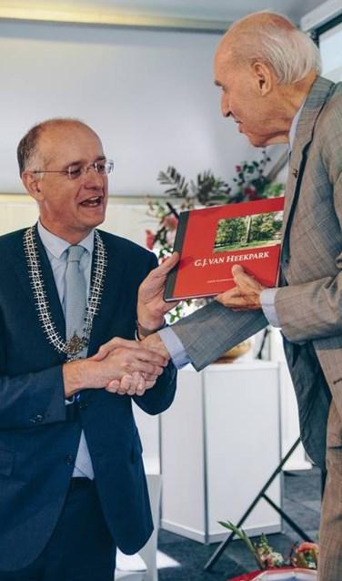 Het eersteexemplaar werd door burgemeester Onno van Veldhuizen uitgereikt aan een kleinzoon van G.J. van Heek, Goderd van Heek.