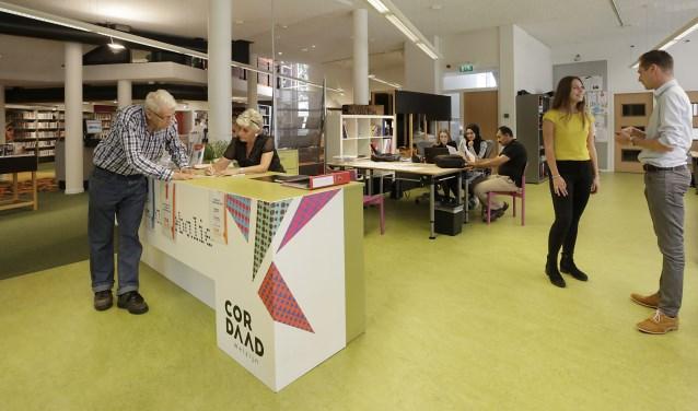 V.l.n.r. vrijwilligers Co en Kitty.  Daarnaast stagiaire Ana en Bram Bots van Cordaad Welzijn. Foto: Jurgen van Hoof.