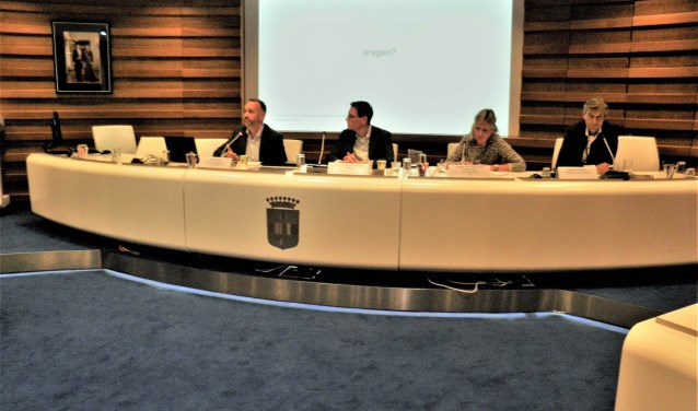 V.l.n.r.: Bart Snel (ministerie), Mark Leeuwenburgh (Pro Rail), Loeky van der Horst (Stop Geluidsoverlast) en wethouder Simon Fortuyn. Foto KvR