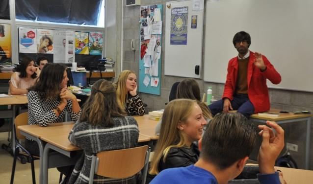 Verbeelding is belangrijk, houdt Ernest van der Kwast de leerlingen voor. FOTO: Anneke Flikweert