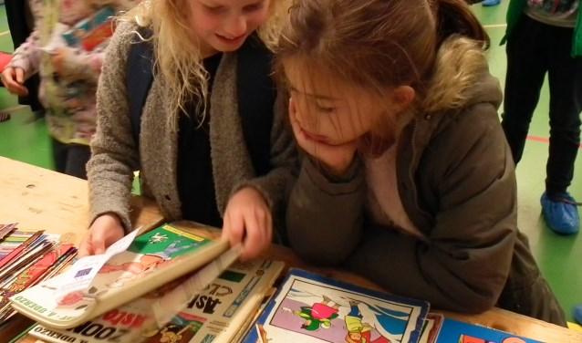 De verkoop van tweedehands kinderboeken is vast onderdeel van de jaarlijkse kinderboekenmarkt op Brede School Het Zand. Foto Frank Peek.