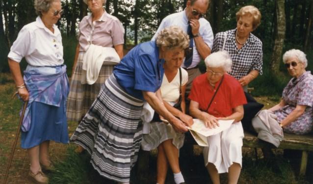 Een sportief gezelschap dat erop uit trekt. De foto geeft alleen prijs dat het om een wandelclub gaat met de naam: De Derde leeftijd.