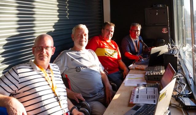Richard van Ingen (tweede van rechts) nam voorafgaand aan Go Ahead Eagles – FC Volendam samen met zijn vader een bezoekje aan de radiokamer van De Adelaarshorst. (Foto: Henny Meyerink)