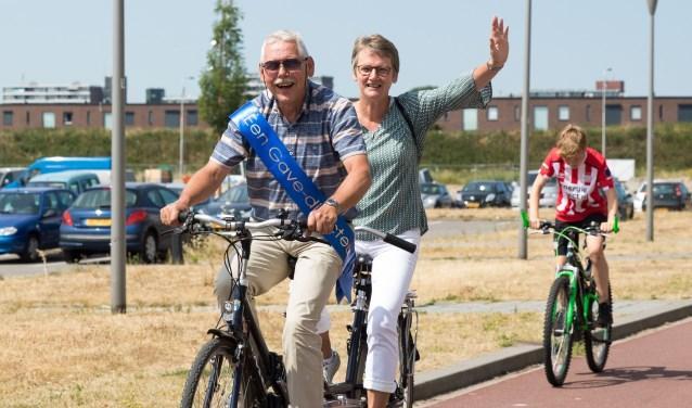 Aalt en Karina van de Mheen op de tandem door Veenendaal. Op 5 juni nam hij al afscheid van zijn schoolleven. Binnenkort volgt de receptie.