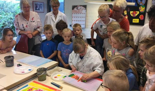 Kinderen van de Fonkelsteen uit Zaltbommel zijn in het kader van het thema 'Jij + ik= wij' gaan schilderen bij de Harmonika.