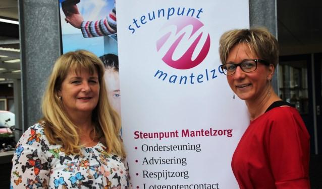 De banner van het Steunpunt Mantelzorg is de achtergrond voor Judith Lutgerink en Lenie Draaijer. Foto Dick Baas