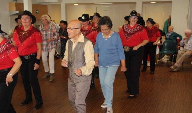Line Dancers in actie met de gasten