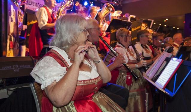 Egerländerkapel De Leemkuulers uit Bemmel brengt de muziek die bij een Deutsche Mittag hoort. (foto: Ellen Koelewijn)