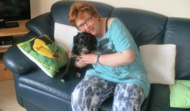 Monique Vonk is een echte dierenliefhebber. Hier zit zij met haar hondje. Zij behartigt het steunpunt Veenendaal/Rhenen.