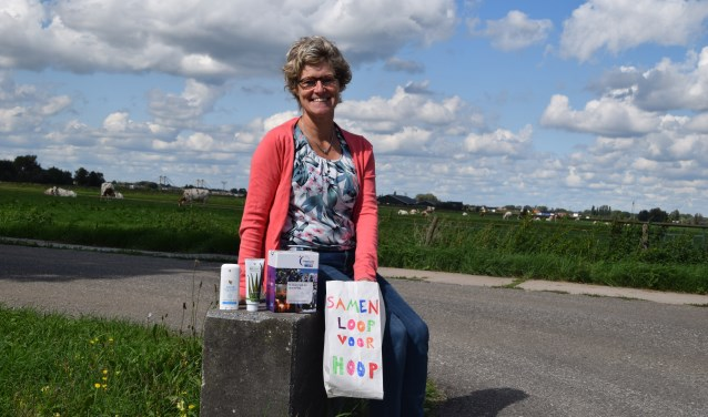 Jacqueline van Leeuwen toont enkele producten die verkocht worden.