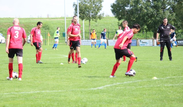 De selectie van vv Kesteren warmt zich op voor het bekertreffen tegen het Wageningse SKV. (Foto: Henk Jansen).