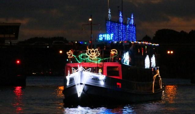 De fraai versierde rondvaartboot van Avifauna