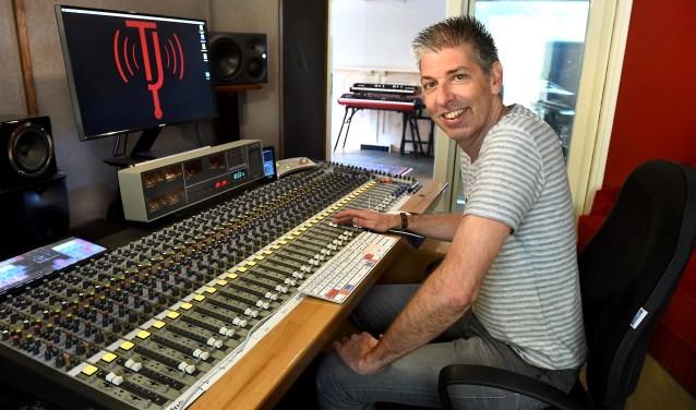 """Theo Janssen: """"Met een laptop en wordt al gedacht dat men een studio heeft. Daar komt echter veel meer bij kijken."""" (foto: Roel Kleinpenning)"""