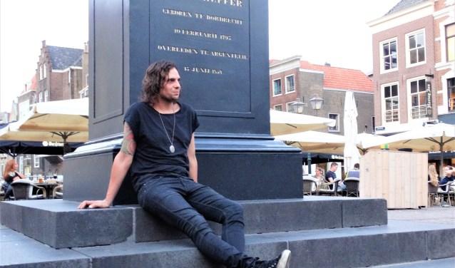 Willem op het Scheffersplein. Dordrecht zal hij binnenkort tijdelijk achter zich laten vanwege de optredens met Bottles of Love. (foto: Elisa Kuster)