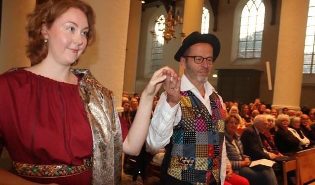 Barbara en stadsdichter Harmen Holwerda opende het Barbarafestival.