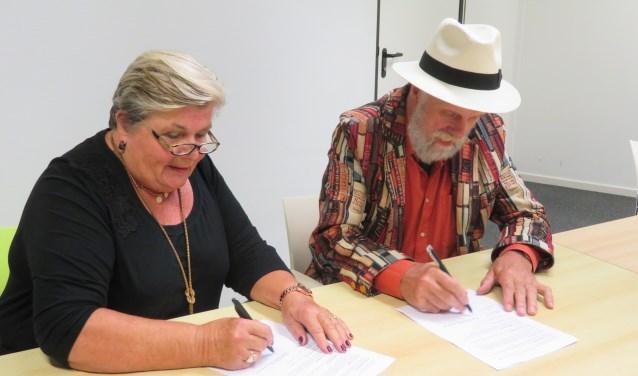 Ondertekening nieuw contract stadsdichterschap door Henjo Hekman en Hannelore Cator, voorzitter van Literair Zeist.