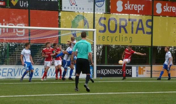 Max Jansen tikt de 0-2 binnen uit een hoekschop van Kars Vierwind. (foto: Andre Wamelink)