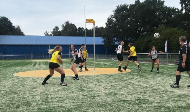 De korfballers van Hellas wonnen in hun eerste competitiewedstrijd met 19-17 van Exakwa.