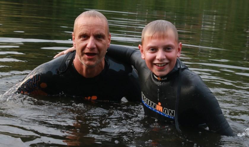 """Harry en Stan in de Vispoortgracht. Harry: """"Het water is gelukkig minder koud dan vorig jaar!"""" Foto: Feikje Breimer"""
