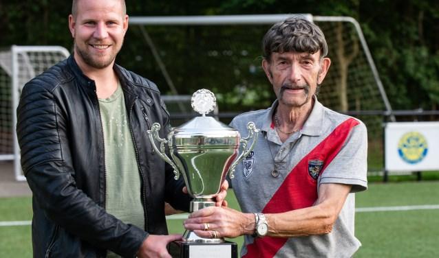 Maarten Teuben (links) van Hatto-Heim scoorde vorig voetbalseizoen 25 doelpunten. Hij wint daarmee de Fair Play Cup. Foto: Dennis Dekker