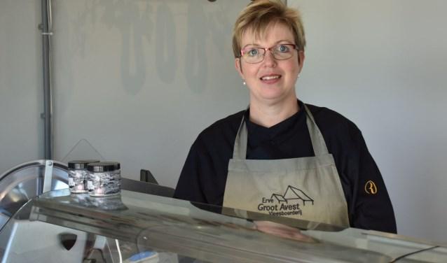 """""""Het vlees van het ras Blonde d'Aquitaine is de specialiteit van deze boerderij"""", vertelt Miranda Brandt van Erve Goot Avest. Foto: Miranda Nijland"""