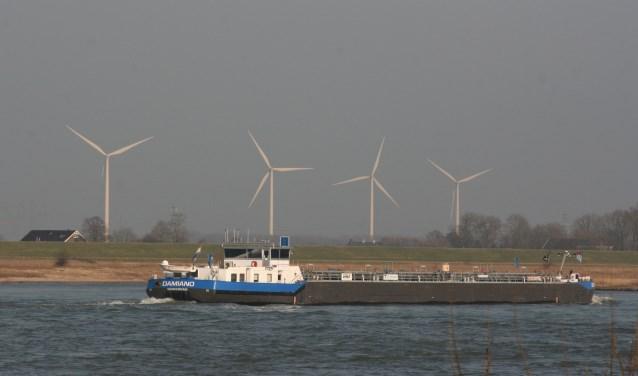 Dit zijn windmolens langs de A15. Hun tiphoogte ligt 80 meter lager dan die van de molens die de gemeente langs de A73 wil plaatsen.