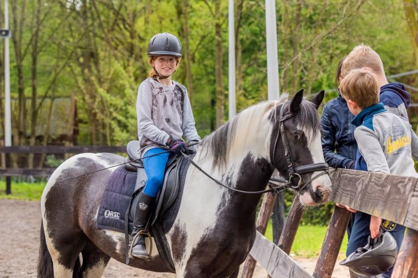 Paardrijden heeft op jong en oud een enorme aantrekkingskracht.