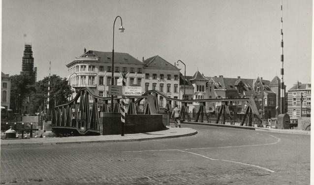 De nieuwe Stationsbrug, op de achtergrond de Abdijtoren in de steigers.  FOTO: ZEEUWS ARCHIEF, ZEEUWS GENOOTSCHAP, ZI DEEL III, NR 2558.