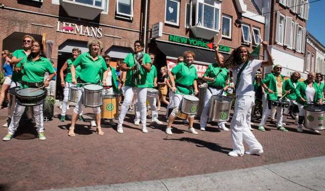 Percussieband Samba Vivaz trekt zaterdag 8 september rond langs de monumenten om de bezoekers te laten genieten van hun vrolijke sambamuziek. FOTO: Erp Fotografie