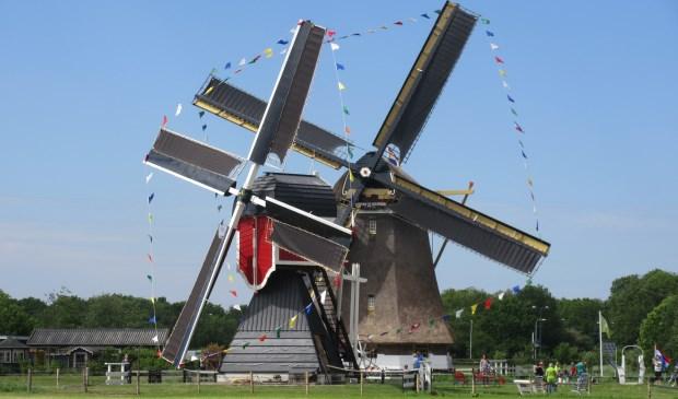 Een feestelijk gezicht, weer twee molens in werking, de rode Wipwatermolen Polder Buitenweg en de molen Polder Westbroek. Oud-Z. Foto: Ria van Vredendaal