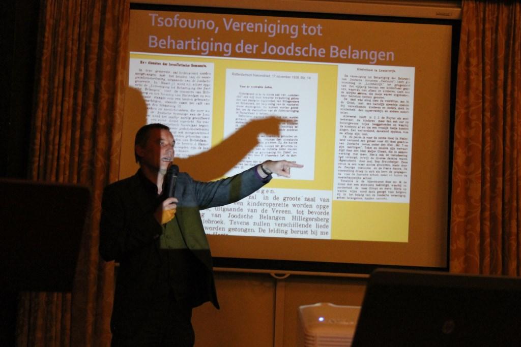 Burgemeester Anton Stapelkamp tijdens zijn powerpointpresentatie over zijn boek over de geschiedenis van het Joodse Volk uit Hillegersberg.  Foto: Leo van der Linde © Persgroep