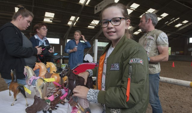 Romy Grob heeft de paardenspullen uitgestald die ze op de markt in Angeren wil verkopen. (foto: Ellen Koelewijn)